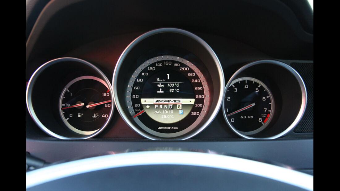 Mercedes C 63 AMG Performance Package, Anzeigeinstrumente, Tacho
