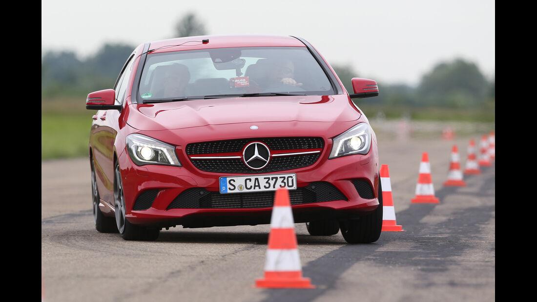 Mercedes CLA 180, Frontansicht, Slalom