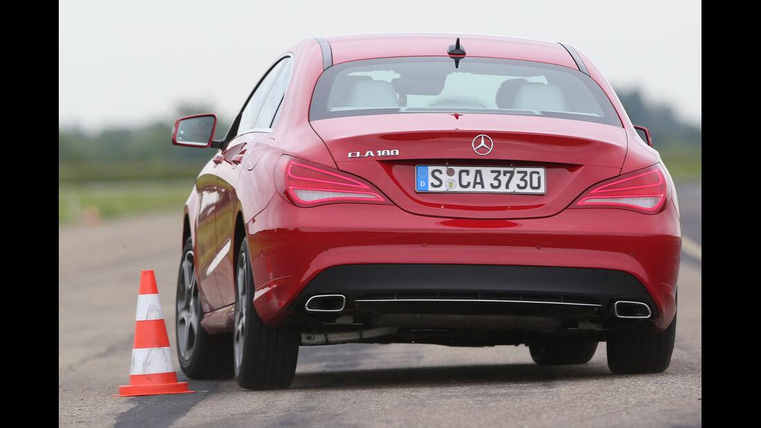 Mercedes CLA 180, Heckansicht, Slalom