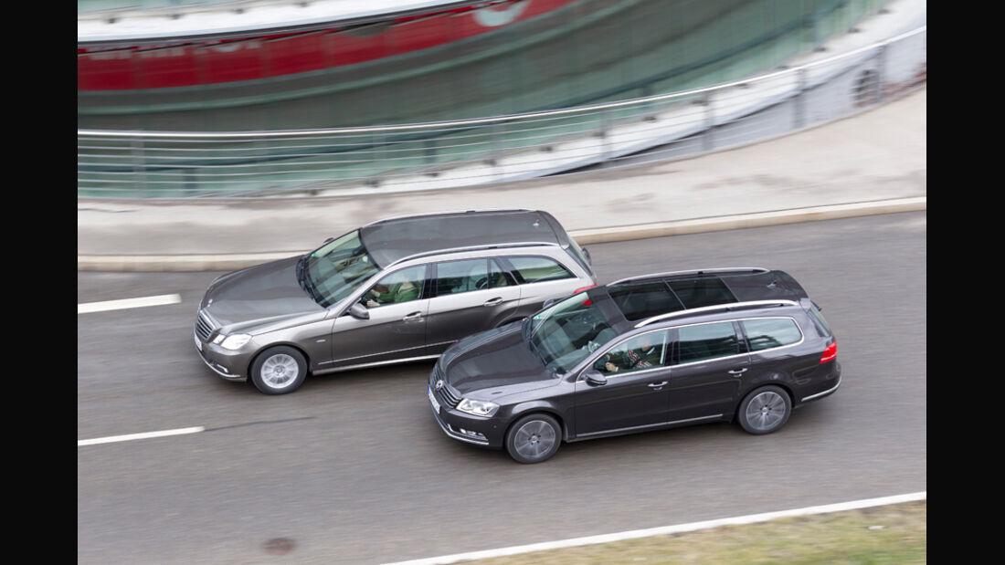 Mercedes E 200 CDI T Elegance, VW Passat Variant Blue TDI Highline, Stadtfahrt, beide Fahrzeuge, Seitenansicht, von oben