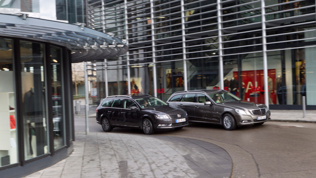 Mercedes E 200 CDI T Elegance, VW Passat Variant Blue TDI Highline, beide Fahrzeuge, Seitenansicht, Stadt