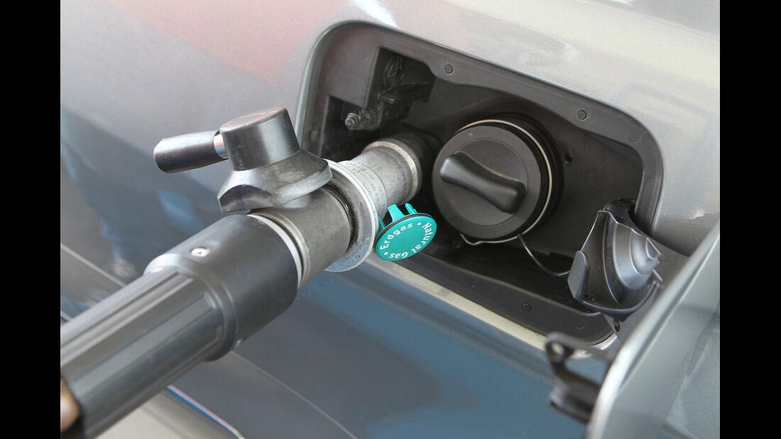 Mercedes E 200 NGT, Benzinstutzen, tanken