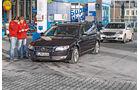 Mercedes E 220 T Bluetec, Volvo V70 D4, Tankstelle