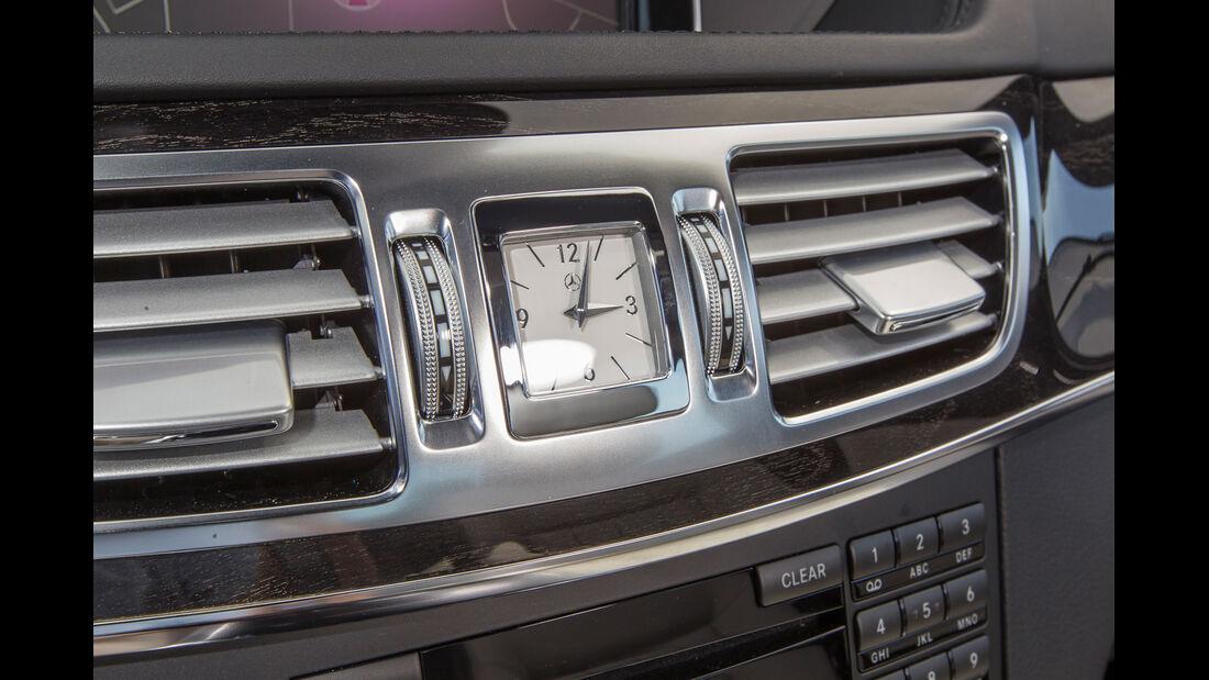 Mercedes E 400, Uhr