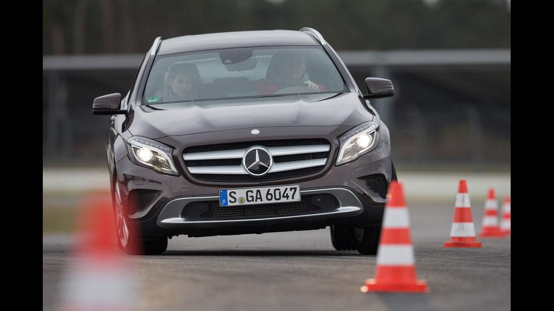 Mercedes GLA 220 CDI 4Matic, Frontansicht, Slalom
