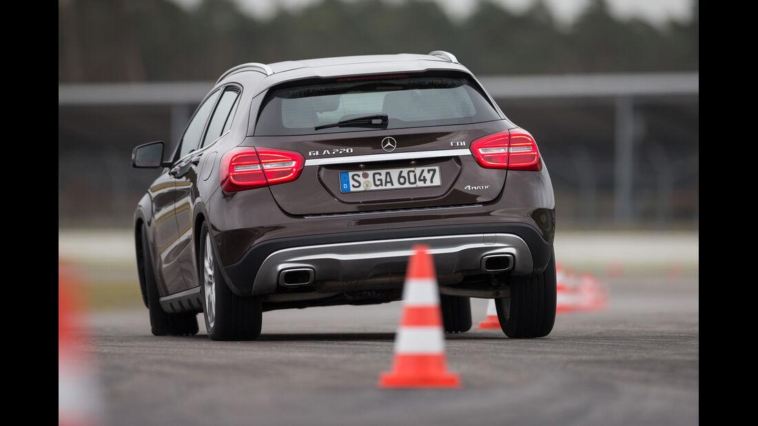 Mercedes GLA 220 CDI 4Matic, Heckansicht, Slalom