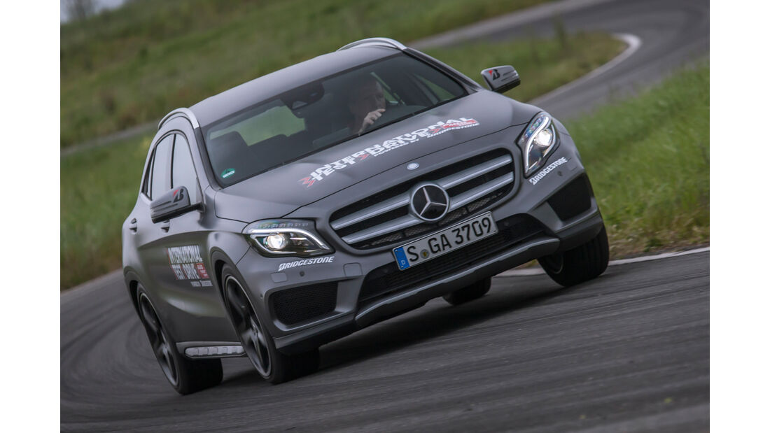 Mercedes GLA 250 4Matic AMG Line, Frontansicht, Slalom