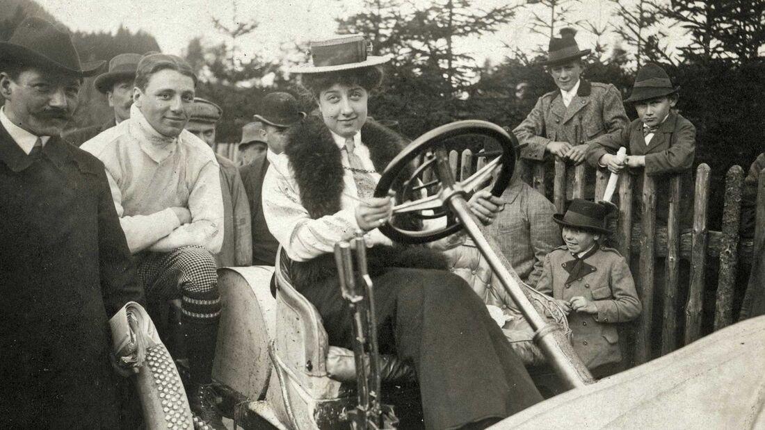 Mercedes Jellinek auf einem Grand-Prix-Rennwagen von 1906