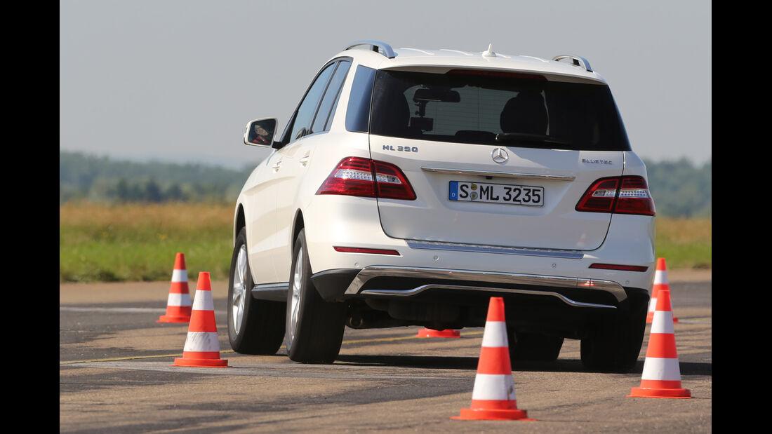 Mercedes ML 350 Bluetec, Heckansicht, Slalom