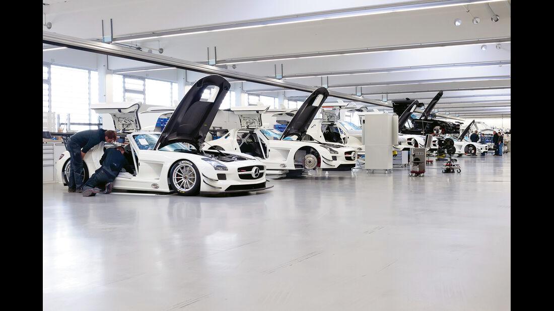 Mercedes SLS AMG GT3, Werkstatt, Mehrere Fahrzeuge