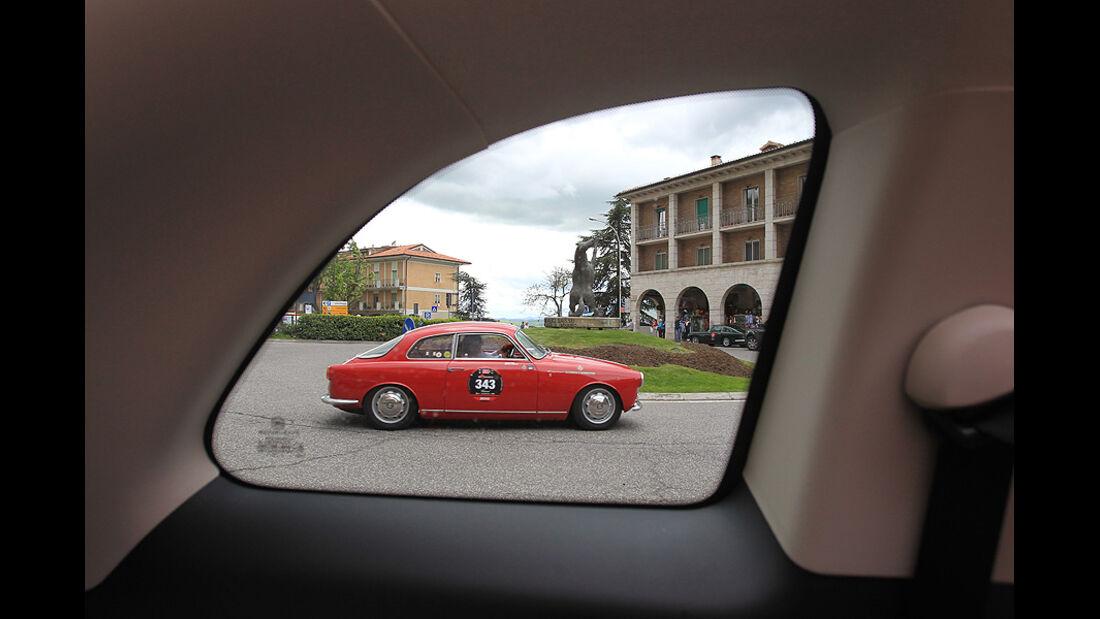 Mille Miglia 2010 - Alfa Romeo Giulietta Sprint veloce durch die Seitenscheibe fotografiert