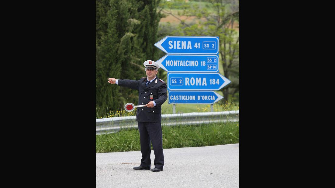 Mille Miglia 2010 - Italienischer Polizist weist den Weg