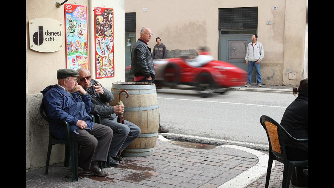 Mille Miglia 2010 - Oldtimer fährt an Zuschauern vorbei