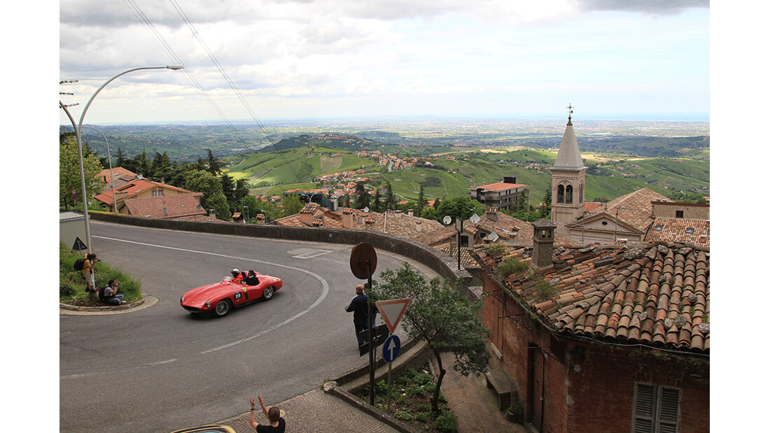 Mille Miglia 2010 - Oldtimer vor Landschaft