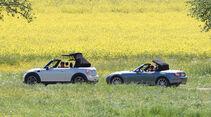 Mini Cooper Cabrio, Mazda MX-5 1.8, beide Fahrzeugen, Seitenansicht, parallel, Verdeck schließt