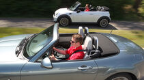 Mini Cooper Cabrio, Mazda MX-5 1.8, beide Fahrzeugen, Seitenansicht, parallel