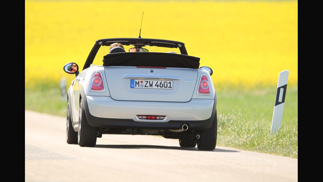 Mini Cooper Cabrio, Rückansicht, offen, Wiese, Heck