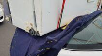 Mit Kühlschrank überladener Toyota Camry