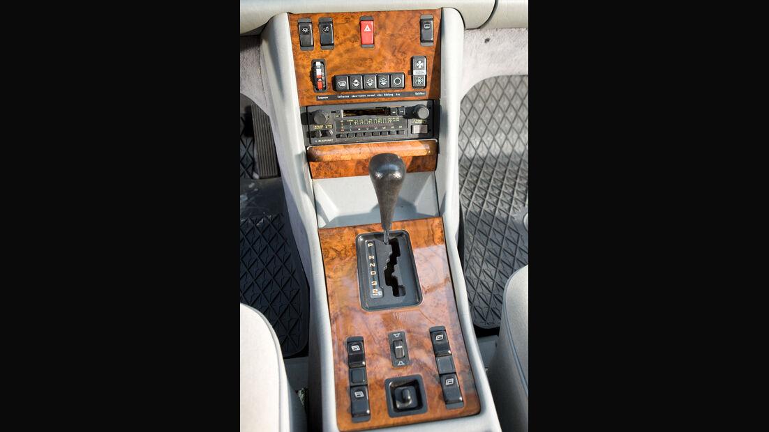 Mittelkonsole eines Mercedes-Benz 500 SEC-AMG, Baujahr 1982