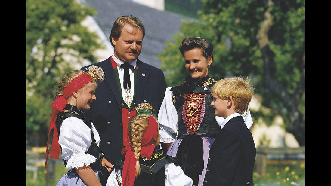 Montafoner Familie mit der traditionellen Tracht der Region.