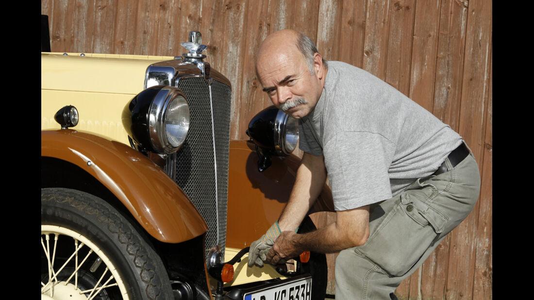 Morris Minor Saloon, Fahrzeugfront, Gabor Szabo beim Kurbeln
