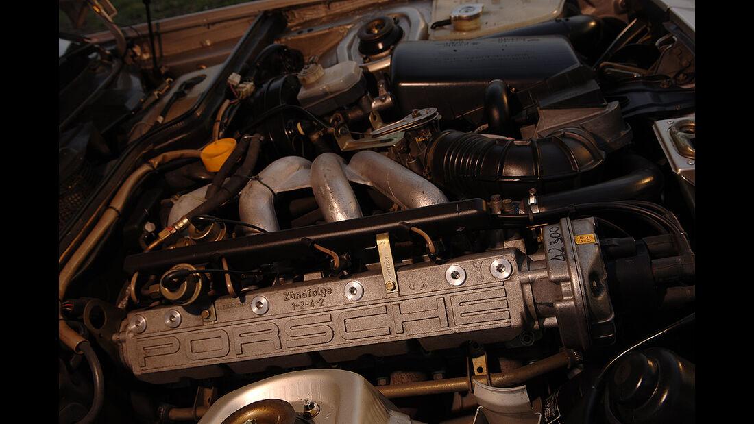 Motorraum des Porsche 944
