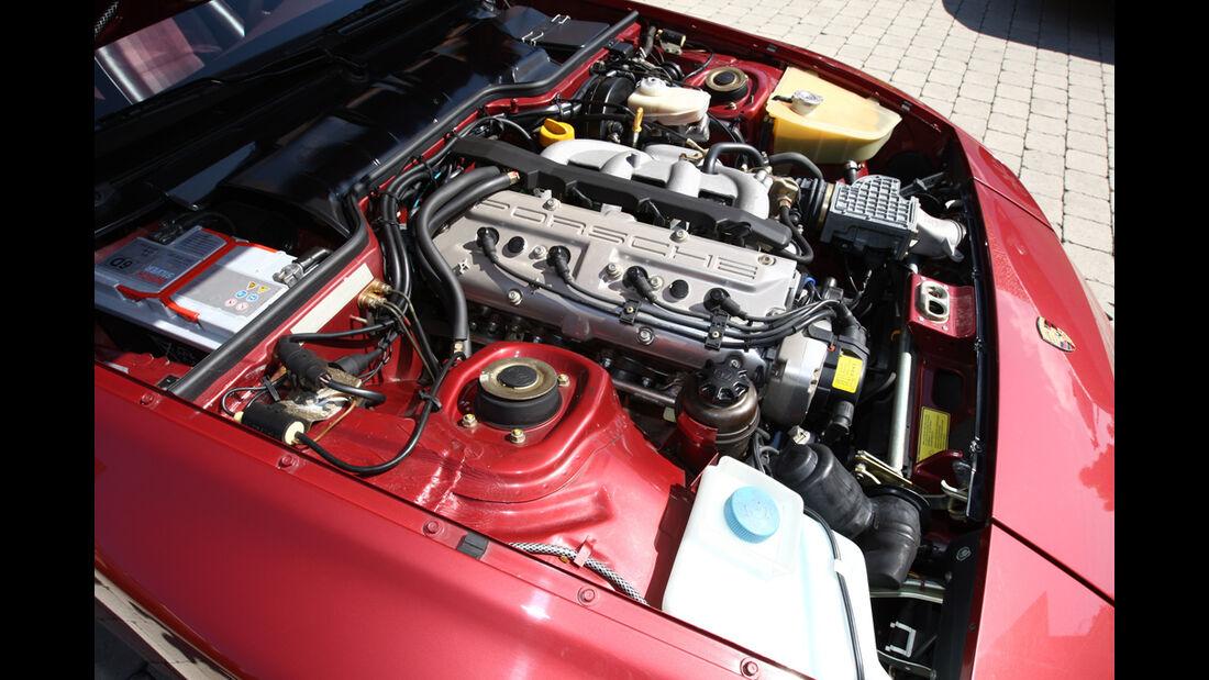 Motorraum des Porsche 944 mit Dreiliter-DOHC-Vierzylinder mit 16 Ventilen