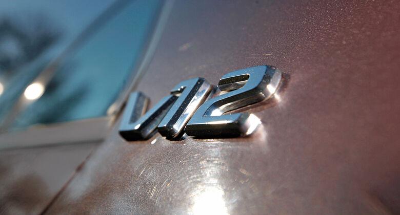 Mythos V12, Emblem
