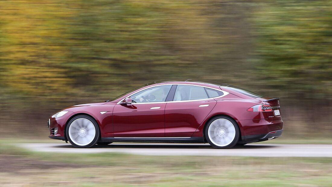 Nach drei Bränden steht der Elektrowagenbauer Tesla in der Kritik.