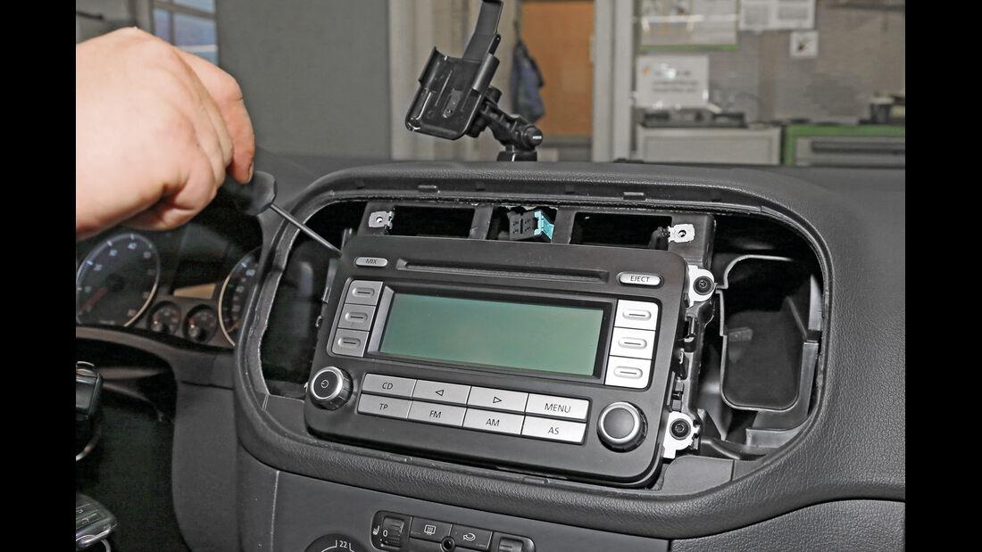 Navigationsradio einbauen, Schrauben ziehen