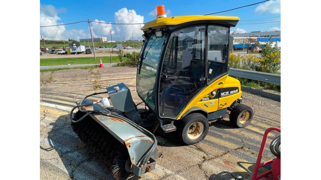 New Holland MC-35 4-wheel drive sweeper