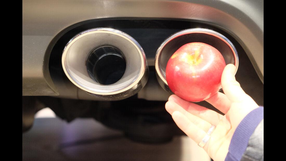 New York Auto Show Auspuff Apfel Fake Test