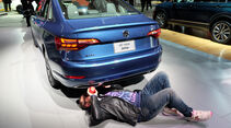 New York Auto Show Auspuff Apfel Fake Test