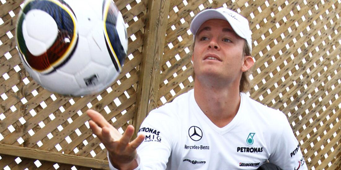 Nico Rosberg mit Fußball