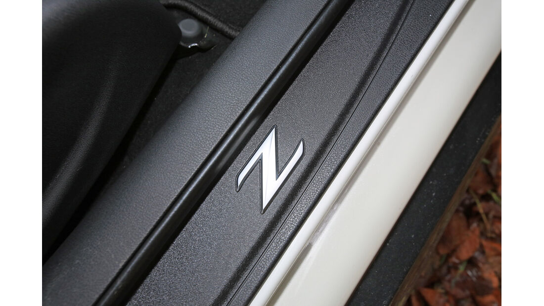Nissan 370 Z Nismo, Fußleiste