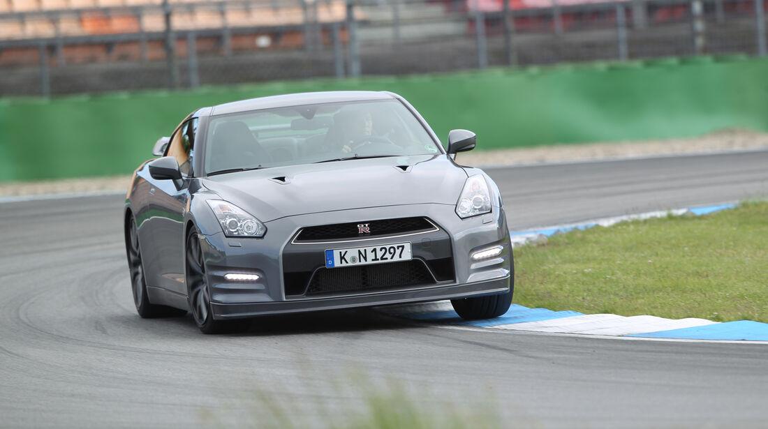 Nissan GT-R, Frontansicht, Kurvenfahrt
