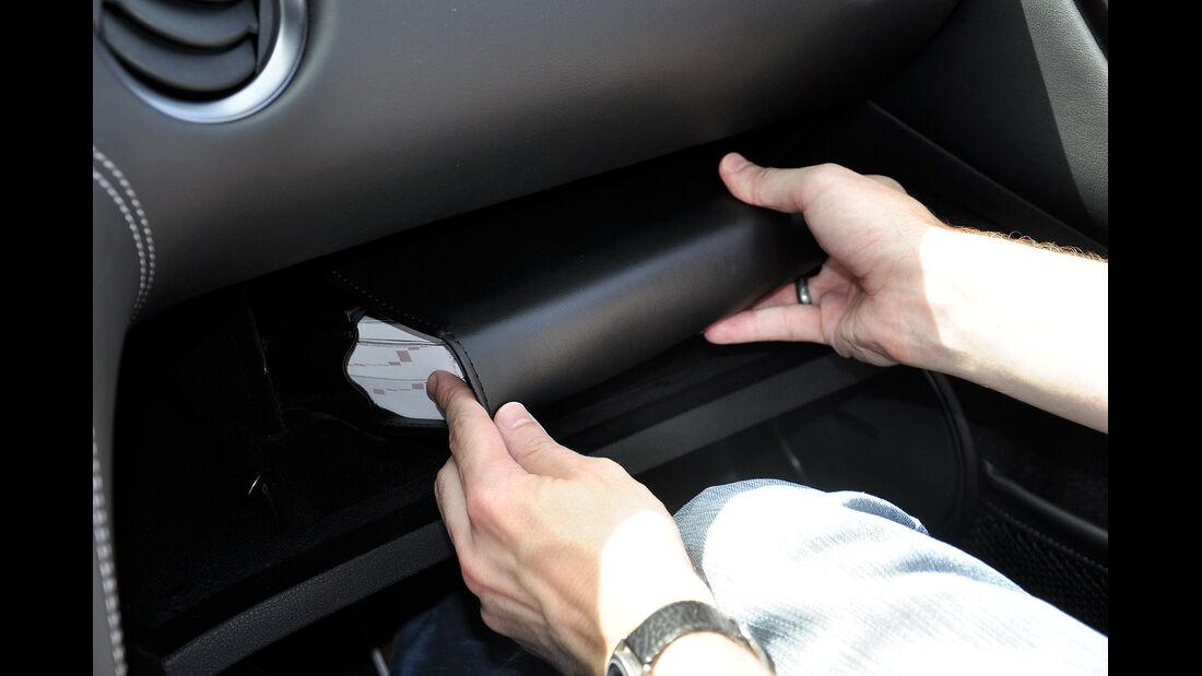 Nissan GT-R, Handschuhfach