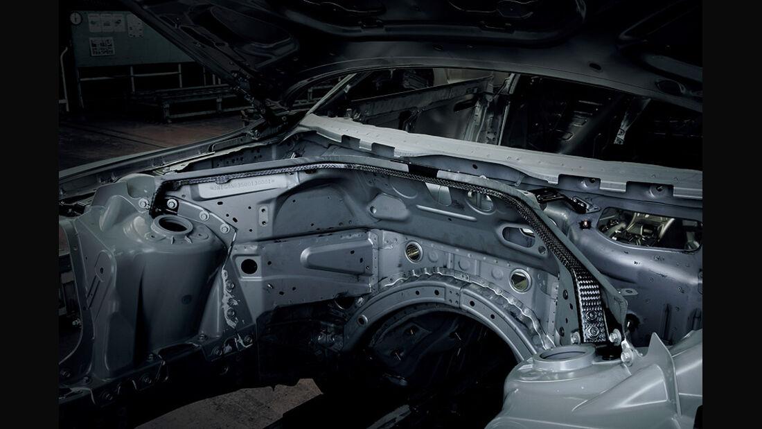 Nissan GT-R Modelljahr 2011, Motorstrebe