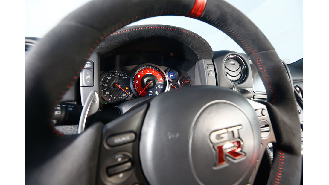 Nissan GT-R Nismo, Rundinstrumente