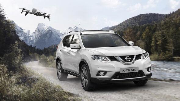 Nissan X-Trail mit Drohne