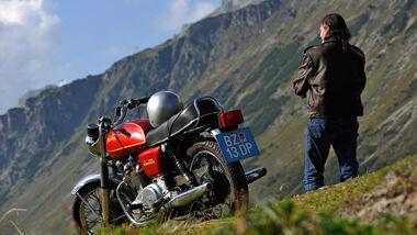 Norton 850 Commando, Seitenansicht, Berge