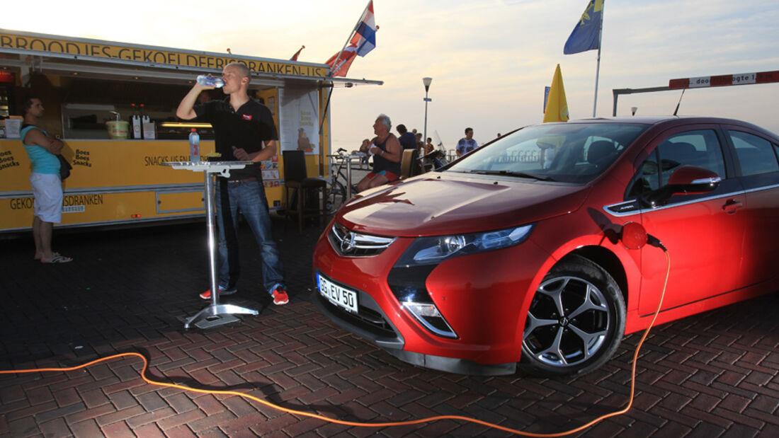 Opel Ampera, Elektrotankstelle, Imbissbude