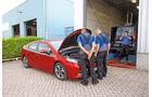 Opel Ampera, Werkstatt, Mitarbeiter, Motorhaube offen