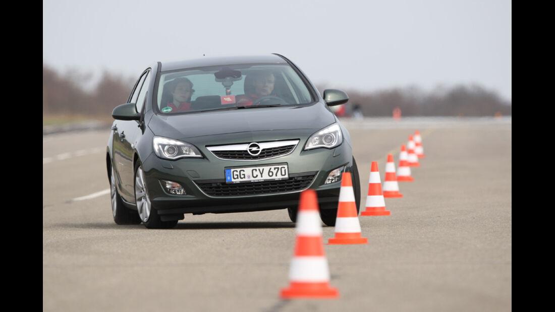 Opel Astra 2.0 CDTi Ecotec Design Edition, Frontansicht, Pylonen