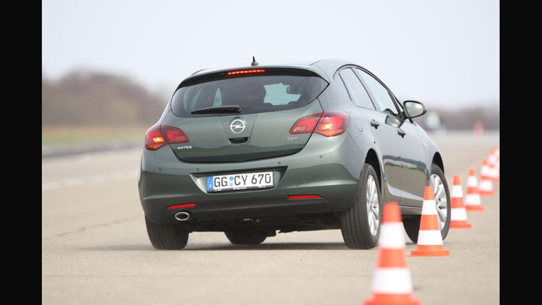 Opel Astra 2.0 CDTi Ecotec Design Edition, Heckansicht, Pylonen