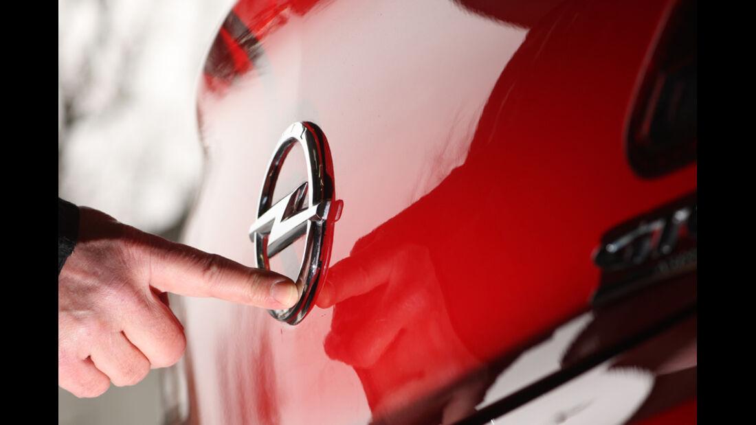 Opel Astra GTC 2.0 CDTi, Opelzeichen