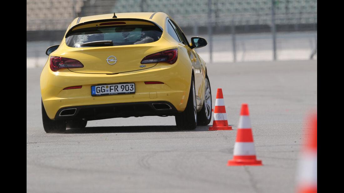 Opel Astra OPC, Heckansicht, Slalom