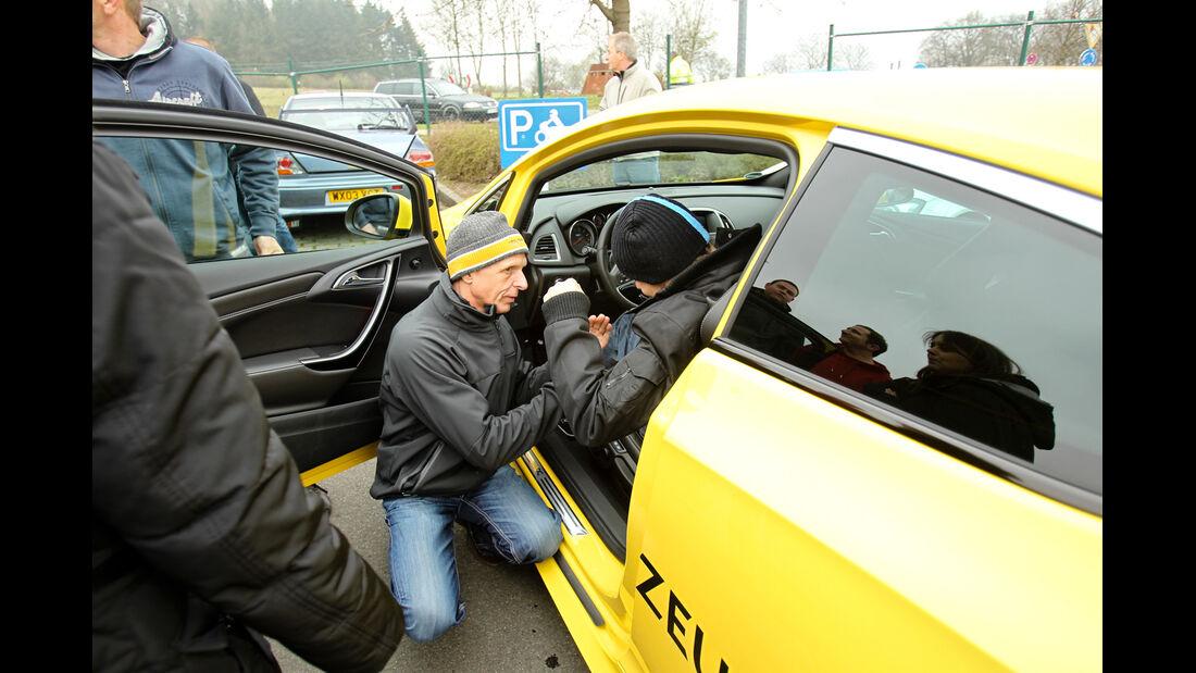 Opel Astra OPC, Seitenlinie, Sitzprobe
