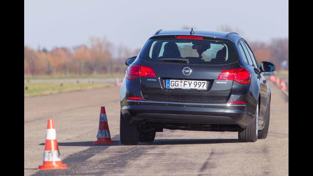 Opel Astra Sports Tourer 1.6 CDTI, Heckansicht, Slalom