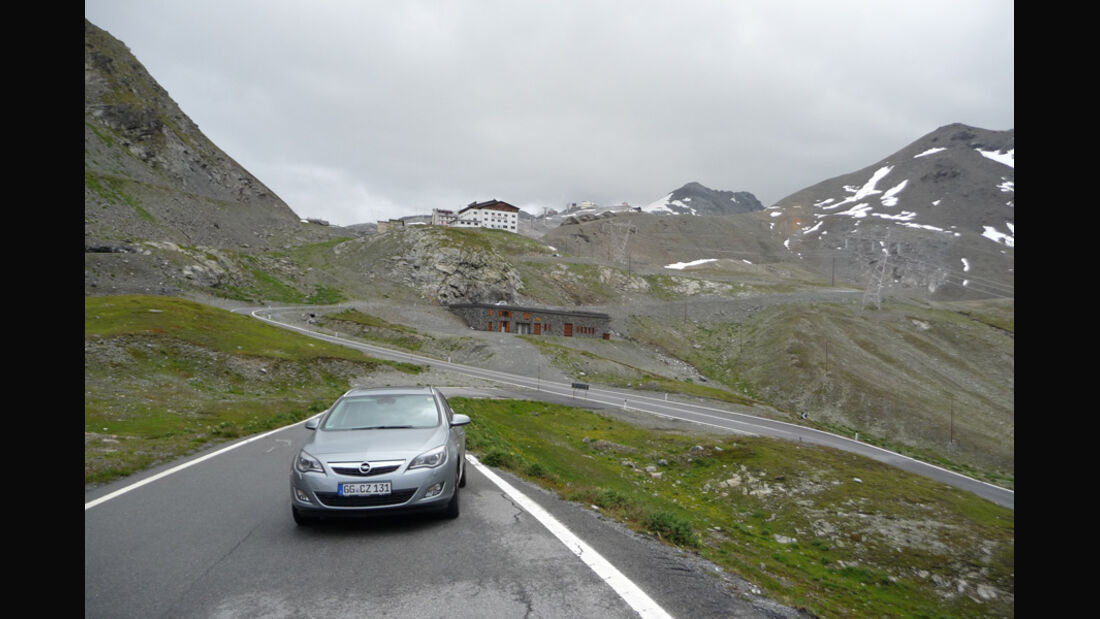 Opel Astra Sports Tourer 2.0 CDTi, Frontansicht, Berge